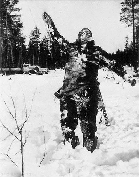 جسم یخ زده سرباز شوروی توسط نیروهای فنلاندی برای ترساندن نیروهای شوروی