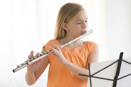 سن مناسب برای شروع نوازندگی فلوت سن ۷ یا ۸ سال است
