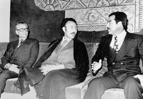 محمد رضا پهلوی و صدام حسین با میانجیگری هواری بومدین، معاهده الجزایر را امضا کردند.