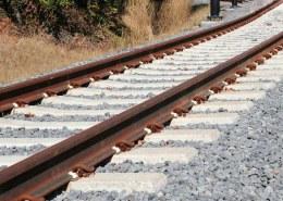 چرا سنگ کنار ریل قطار میریزند؟