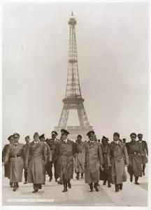 هیتلر در کنار برج ایفل پاریس
