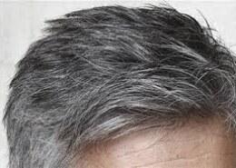 ۸- چرا وقتی انسان پیر می شود رنگ موهای او خاکستری یا سفید می شود ؟